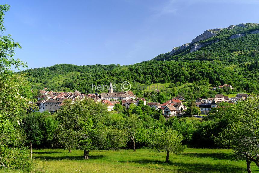 France, Doubs (25), Mouthier-Haute-Pierre, le village dominé par la Roche de Hautepierre // France, Doubs, Mouthier Haute Pierre