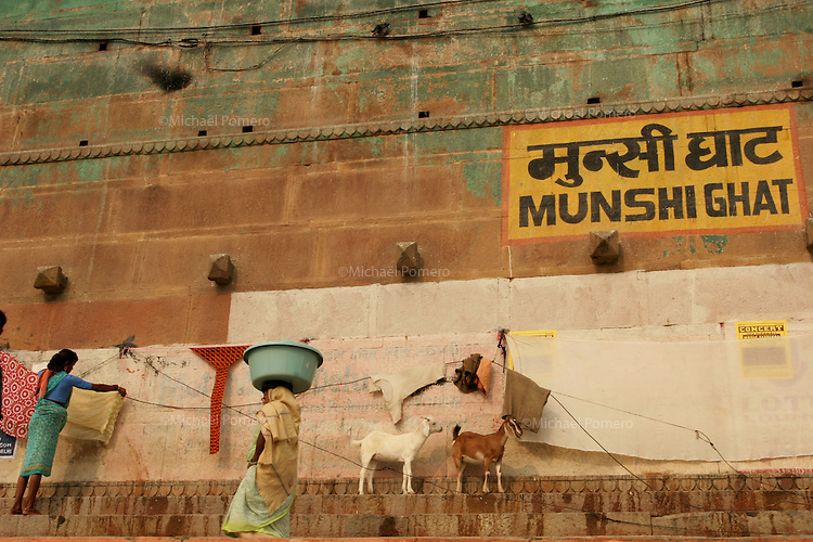 30.11.2008 Varanasi(Uttar Pradesh)<br /> <br /> Women drying and washing clothes in munshi ghat.<br /> <br /> Femmes faisant s&eacute;cher et lavant des vetements au munshi ghat.