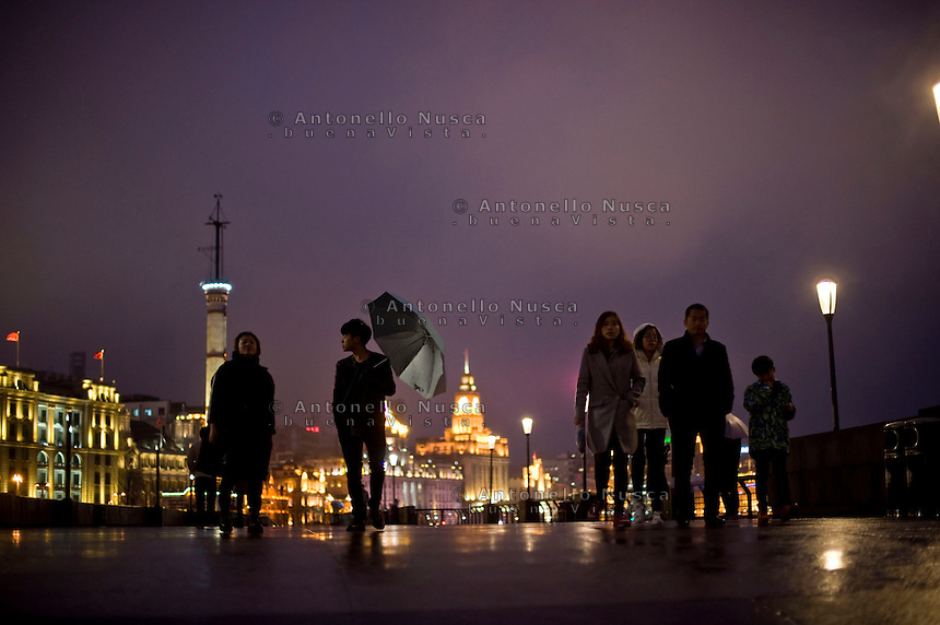 Gente a passeggio di notte sul Bund .<br /> People walking on the Bund in downtown Shanghai