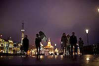 Gente a passeggio di notte sul Bund .<br /> People walking on the Bund in downtown Shanghai
