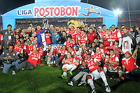 BOGOTA - COLOMBIA -21 -12-2014: Los jugadores de Independiente Santa Fe celebran el campeonato de la Liga Postobon II, durante partido de vuelta entre Independiente Santa Fe y Deportivo Independiente Medellin por la final de la Liga Postobon II-2014, en el estadio Nemesio Camacho El Campin de la ciudad de Bogota. / The players of Independiente Santa Fe, celebrate the championship of the Liga Postobon II, during a match of the second leg between Independiente Santa Fe and Deportivo Independiente Medellin for the finals of the Liga Postobon II -2014 at the Nemesio Camacho El Campin Stadium in Bogota city, Photo: VizzorImage / Nestor Silva / Cont.