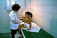 Atendimento médico em posto de saúde, São Paulo. 1995. Foto de Juca Martins.
