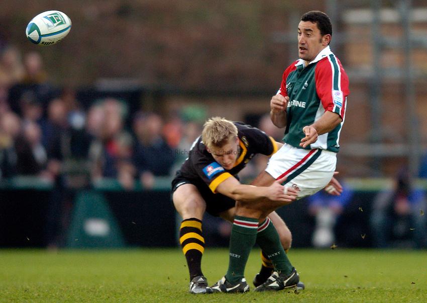 Photo: Richard Lane..London Wasps v Leicester Tigers. Heineken Cup. 05/12/2004..Daryl Gibson passes as Stuart Abbott tackles.