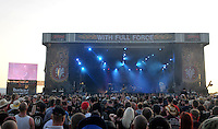 With Full Force XVI 2009 in Roitzschjora bei Leipzig - Metal Heads aus ganz Europa kommen zur Metaller Tagung - im Bild: Impression - Hauptbühne mit Fans. Foto: Norman Rembarz..