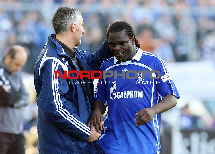 FBL, Saison 2007/08, 26. Spieltag, Karlsruher SC vs. Schalke 04<br /> <br /> Mirko Slomka (Trainer Schalke) nimmt Gerald Asamoah (Schalke # 14) nach seiner Auswechslung in Empfang.<br /> <br /> *** Local Caption *** Foto &copy; nph / (nordphoto)