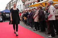 Gross-Gerau 28.04.2017: Frühlingserwachen in der Innenstadt Groß-Gerau<br /> Modenschau des Kaufhaus Braun vor dem historischen Rathaus<br /> Foto: Vollformat/Marc Schüler, Schäfergasse 5, 65428 R'heim, Fon 0151/11654988, Bankverbindung KSKGG BLZ. 50852553 , KTO. 16003352. Alle Honorare zzgl. 7% MwSt.