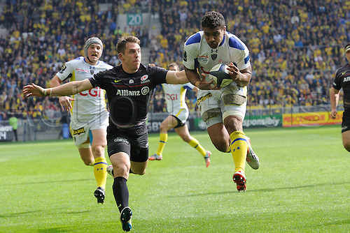 18.04.2015. Clermont-Ferrand, Auvergne, France. Champions Cup rugby semi-final between ASM Clermont and Saracens.   Wesley Fofana (asm)  collects the loose ball