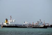 XSM50 SINGAPUR (SINGAPUR) 25/02/2011.- Un petrolero fondea en Singapur hoy, viernes, 25 de febrero de 2011. La rebelión en Libia ha disparado el precio del petróleo, algo que puede lastrar los beneficios empresariales y desencadenar un aumento de los precios, que obligaría a subir los tipos de interés. EFE/Stephen Morrison.