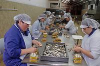 """Europe/France/Bretagne/56/Morbihan/Quiberon: Dans les ateliers de """"La Quiberonnaise"""" conserverie de sardines"""