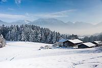 Germany, Upper Bavaria, Chiemgau, between Ruhpolding and Siegsdorf: farmhouse in winter scenery | Deutschland, Oberbayern, Chiemgau, zwischen Siegsdorf und Ruhpolding: Bauernhof in Winterlandschaft