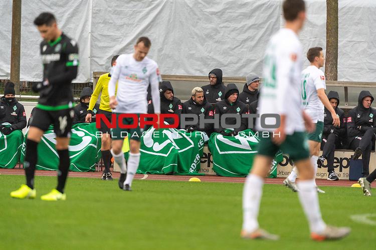 12.01.2020, Platz 11 am wohninvest Weserstadion, Bremen, GER, FSP SV WERDER BREMEN (GER)  vs Hannover 96<br /> <br /> im Bild / picture shows <br /> <br /> dick eingepackt bei Werder Nieselwetter<br /> Stefanos Kapino (Werder Bremen #27)<br /> Claudio Pizarro (Werder Bremen #14)<br /> Nick Woltemade (werder Bremen #41)<br /> Foto © nordphoto / Kokenge