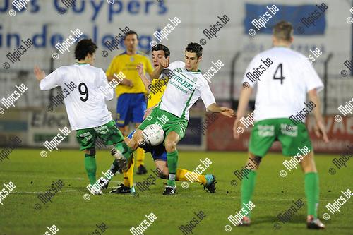 2011-03-05 / Voetbal / seizoen 2010-2011 / Dessel Sport - Sint-Niklaas / Petersen (4) kijkt toe hoe zijn ploegmaten Hannes (9) en Gielis bezoeker Lee Roy de Keersmaecker aan de praat houden...Foto: Mpics