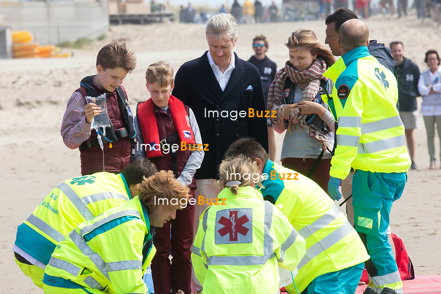 Le roi Philippe de Belgique, la reine Mathilde de Belgique, leurs enfants ; la Princesse Elisabeth, le Prince Gabriel, le Prince Emmanuel et la Princesse El&eacute;onore assistent &agrave; une d&eacute;monstration des services de sauvetage sur la plage de Middelkerke. <br /> La princesse Elisabeth a elle-m&ecirc;me particip&eacute; &agrave; la r&eacute;animation.<br /> Belgique, Middelkerke, 1er juillet 2017.<br /> King Philippe of Belgium, Queen Mathilde of Belgium and their children, Crown Princess Elisabeth, Prince Emmanuel, Prince Gabriel, and Princess Eleonore of Belgium pictured during a rescue exercice, part of a visit of Belgian royal couple at the Belgian coast, in Westende, Middelkerke.<br />  Belgium, Westende, Middelkerke, 01 July 2017.<br /> Pic :  King Philippe of Belgium &amp; Queen Mathilde of Belgium, Prince Gabriel of Belgium, Crown Princess Elisabeth of Belgium, Princess Eleonore of Belgium