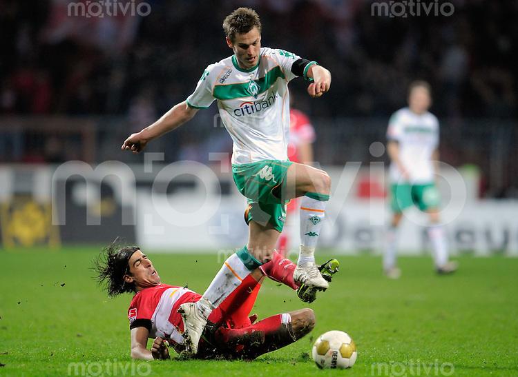 Fussball    1. Bundesliga    Saison 2008/2009    24. Spieltag     Werder Bremen - VfB Stuttgart     15.03.2009  Sami KHEDIRA (unten, Stuttgart) im Zweikampf mit Markus ROSENBERG (re, Bremen).