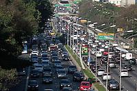 SAO PAULO, SP, 09.09.2013 -  TRANSITO 23 DE MAIO - SÃO PAULO - Corredor norte sul tem transito intenso na região da Av Paulista nesta manhã de segunda-feira (09), reflexo da manifestação dos taxistas que ocupa a faixa da esquerda sentido centro. (Foto: Marcelo Brammer / Brazil Photo Press).