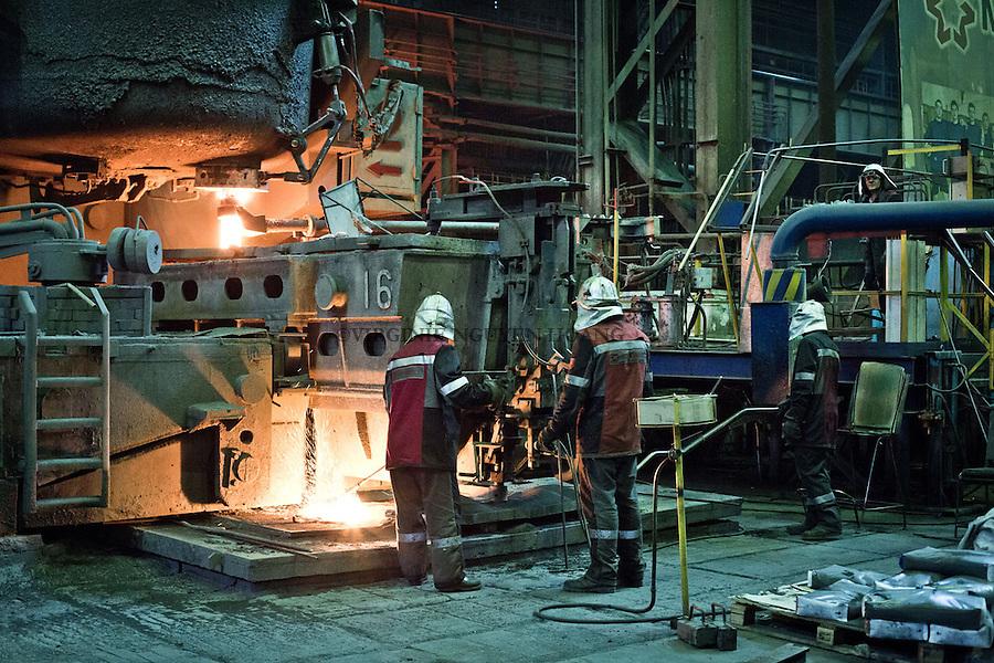 MARIUPOL, Ukraine: Part of the department where workers work on the conversion of the cast iron into steel. <br /> <br /> MARIUPOL, Ukraine: Partie du d&eacute;partement o&ugrave; les travailleurs s'occupent de la conversion de la fonte en acier.