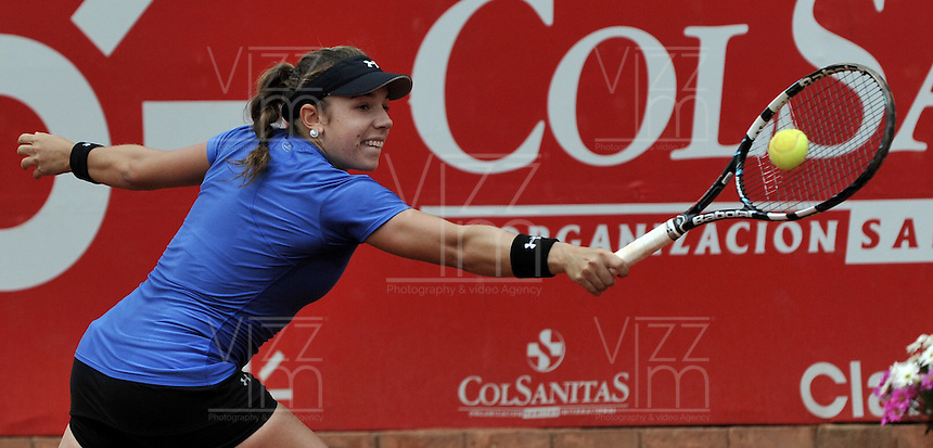 BOGOTA - COLOMBIA - FEBRERO 19: Sharon Fichman de Canada, devuelve la bola a Francesca Schiavone de Italia, durante partido por la Copa de Tenis WTA Bogotá, febrero 19 de 2013. (Foto: VizzorImage / Luis Ramírez / Staff). Sharon Fichman from Canada returns the ball to Francesca Schiavone from Italy during a match for the WTA Bogota Tennis Cup, on February 19, 2013, in Bogota, Colombia. (Photo: VizzorImage / Luis Ramirez / Staff)