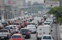 SÃO PAULO, SP, 21.05.2014 – TRÂNSITO EM SÃO PAULO - Trânsito congestionado na Av. Moreira Guimarães, próximo ao aeroporto de Congonhas,  zona sul de São Paulo na manhã desta quarta feira. (Foto: Levi Bianco / Brazil Photo Press)