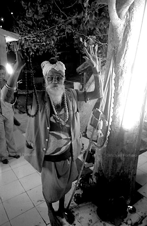 12.2003 Orissa<br /> <br /> Sadhu in a temple during a big mela.<br /> <br /> Sadhu dans un temple pendant un grand rassemblement religieux.