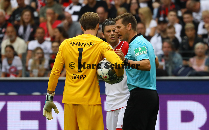 Schiedsrichter Frank Willenborg ermahnt Torwart Kevin Trapp (Eintracht Frankfurt), David Kownacki (Fortuna Düsseldorf) - 01.09.2019: Eintracht Frankfurt vs. Fortuna Düsseldorf, Commerzbank Arena, 3. Spieltag<br /> DISCLAIMER: DFL regulations prohibit any use of photographs as image sequences and/or quasi-video.