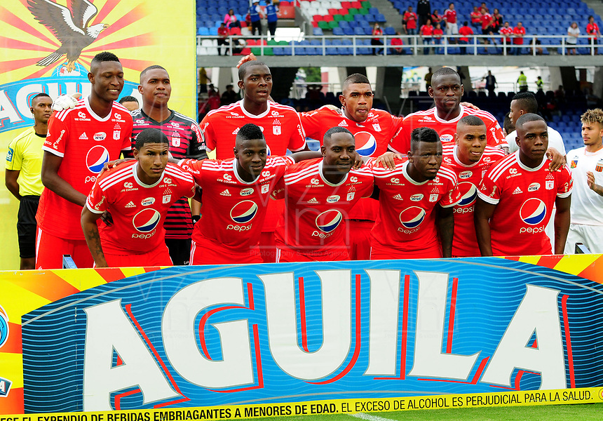 CALI - COLOMBIA - 28 -  03 - 2018: Los jugadores de America, posan para una foto, durante partido entre America de Cali y Envigado F. C., de la fecha 11 por la Liga Aguila I 2018 jugado en el estadio Pascual Guerrero de la ciudad de Cali. / The players of America, pose for a photo, during a match between America de Cali and Envigado F. C., of the 11th date for the Liga Aguila I 2018 at the Pascual Guerrero stadium in Cali city. Photo: VizzorImage / Nelson Rios / Cont.