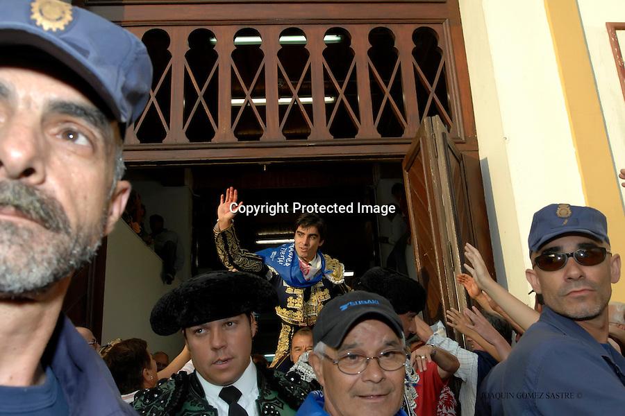 24 JULIO 2008 SANTANDER .E l torero Miguel angel Perera sale a hombros por la puerta grande de la plaza de Cuatro Caminos..foto JOAQUIN GOMEZ SASTRE