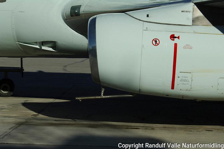 Passasjerfly med jetmotor utstyrt for landing på grusbane. ---- Passenger jet equipped for landing on gravel runways.