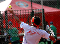 CALI - COLOMBIA – 03-04-2014: Victor Estrella de Republica Dominicana sirve a Alejandro Falla de Colombia durante un partido de la serie final de partidos en el Grupo I de la Zona Americana de la Copa Davis, entre Colombia y República Dominicana en Estadio de Tenis Alvaro Carlos Jordan en la ciudad de Cali. / Victor Estrella of Dominican Republic serves to Alejandro Falla of Colombia between Colombia and Dominican Republic at the Alvaro Carlos Jordan Tennis Stadium in Cali, city. Photo: VizzorImage / Luis Ramirez / Staff