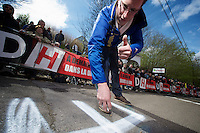 Fleche Wallonne 2012..Wout Poels fan tagging the Mur.