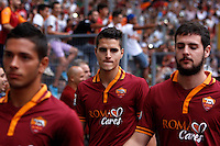 "Calcio: allenamento a porte aperte ""Open Day"" per la presentazione della Roma, a Roma, stadio Olimpico, 21 agosto 2013.<br /> AS Roma forward Erik Lamela, of Argentina, center, arrives for the club's Open Day training session at Rome's Olympic stadium, 21 August 2013.<br /> UPDATE IMAGES PRESS/Isabella Bonotto"