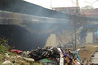 SÃO PAULO, SP, 10 DE JANEIRO DE 2012 - RESCALDO INCÊNCIO BARRACÃO MOCIDADE ALEGRE - Rescaldo do incêndio ocorrido ontem no barracão da Mocidade Alegre, embaixo do viaduto Pompéia. Ainda hoje havia fumaça e funcionários da prefeitura e da escola de samba trabalharam na limpeza. FOTO: ALEXANDRE MOREIRA - NEWS FREE.