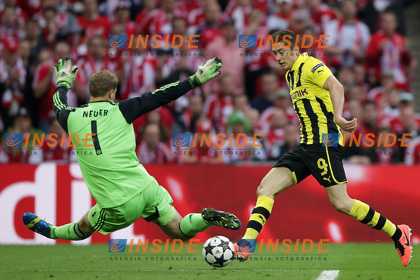 25.05.2013, Wembley Stadion, London, ENG, UEFA Champions League, FC Bayern Muenchen vs Borussia Dortmund, Finale, im Bild Duell Robert LEWANDOWSKI (Borussia Dortmund - BVB - 9) - Manuel NEUER (Torwart, Torhueter FC Bayern Muenchen - 1) // during the UEFA Champions League final match between FC Bayern Munich and Borussia Dortmund at the Wembley Stadion, London, United Kingdom on 2013/05/25. EXPA Pictures &copy; 2013, PhotoCredit: EXPA/ Eibner/ Gerry Schmit<br /> <br /> ***** ATTENTION - OUT OF GER ***** <br /> 25/5/2013 Wembley<br /> Football 2012/2013 Champions League<br /> Finale <br /> Borussia Dortmund Vs Bayern Monaco <br /> Foto Insidefoto