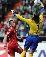 FUSSBALL   1. BUNDESLIGA   SAISON 2011/2012   32. SPIELTAG SV Werder Bremen - FC Bayern Muenchen               21.04.2012 Ivica Olic (li, FC Bayern Muenchen) gegen Torwart Tim Wiese (re, SV Werder Bremen)