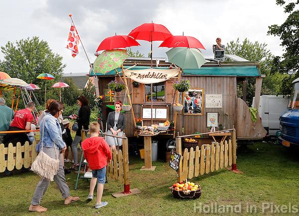Festival in Amsterdam, De Rollende Keukens.  Rijdende keukens waar bijzondere snacks worden verkocht, zoals gefrituurde sprinkhanen of snacks met appel. De Appelchiller