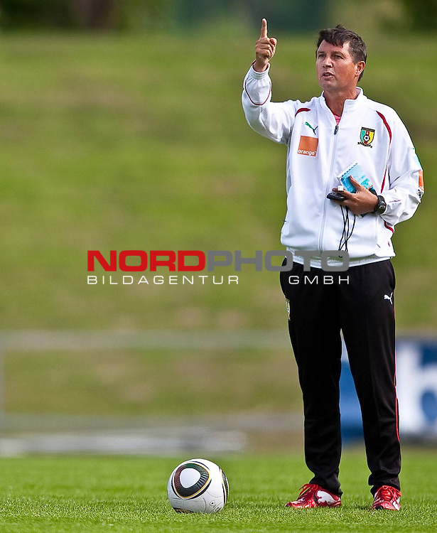 21.05.2010, Dolomitenstadion, Lienz, AUT, WM Vorbereitung, Kamerun Training im Bild Yves Colleu, Co-Trainer, Nationalteam Kamerun, FRA zeigt mit Finger nach oben,  Foto: nph /  J. Feichter *** Local Caption *** Fotos sind ohne vorherigen schriftliche Zustimmung ausschliesslich f&uuml;r redaktionelle Publikationszwecke zu verwenden.<br /> <br /> Auf Anfrage in hoeherer Qualitaet/Aufloesung