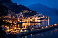 Italien, Kampanien, Sorrentinische Halbinsel, Amalfikueste: Blick auf den malerischen Kuestenort Amalfi am Abend | Italy, Campania, Sorrento Peninsula, Amalfi Coast: view at picturesque seaside resort Amalfi at night
