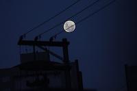 MOGI DAS CRUZES, SP, 06 DE FEVEREIRO DE 2012 - LUA CHEIA EM MOGI DAS CRUZES - Lua cheia e vista a partir da cidade de Mogi das Cruzes, na grande Sao Paulo, na noite desta segunda-feira, 06. (FOTO: WARLEY LEITE -NEWS FREE).