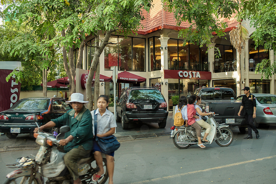 Numerous cafes has been opened in the last couple of years in Boeung Keng Kang (known as BKK1). It's the area of choice for foreigners, embassies and international organisations. © Thomas Cristofoletti / Ruom
