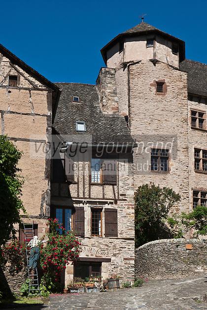 Europe/France/Midi-Pyrénées/12/Aveyron/Conques: Un homme taille les rosiers d'e la Maison Casse avec son escalier à pans de bois XVII ème siècle,  vieille demeure prés du  Château d'Humières