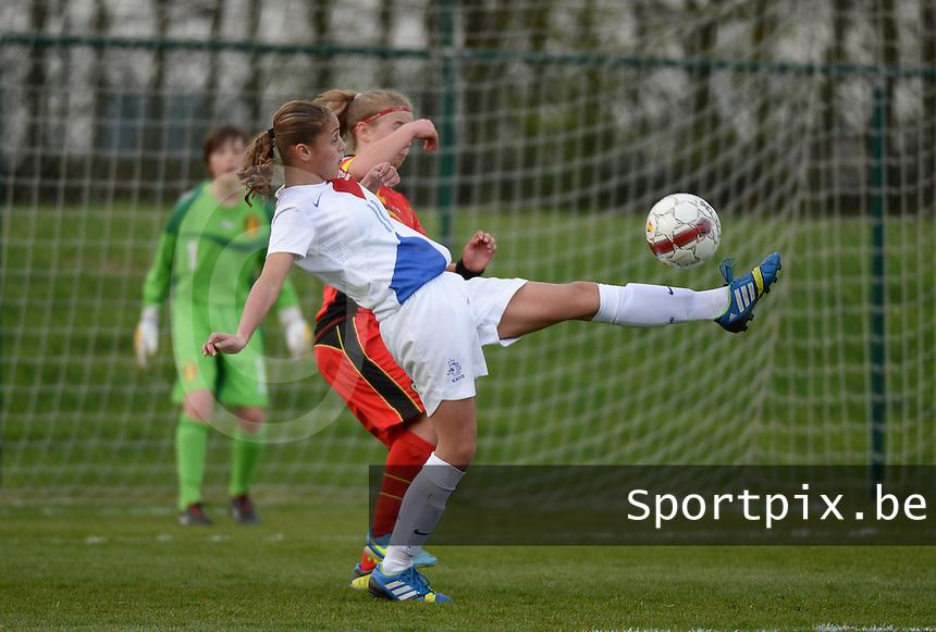 Women U15 : Belgian Red Flames - Nederland :<br /> <br /> doelpoging van Anne Bhagerath (L) wordt afgeblokt door Rune Fioole (R)<br /> <br /> foto Dirk Vuylsteke / Nikonpro.be