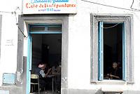 Tabarka, Tunisia, 18 Settembre 2018<br /> Uomini nell'antico caffè de l'indipendance