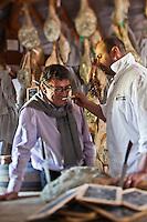 Europe/France/Aquitaine/64/Pyrénées-Atlantiques/Pays-Basque/Hasparren: Dans son séchoir à jambons, Eric Ospital fait déguster à Christian Constant, chef étoilé ses jambons Ibaiona