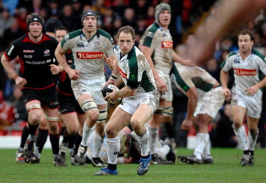 Photo: Richard Lane. .Saracens v London Irish. Guinness Premiership. 28/01/2007. .Irish's Mike Catt passes.