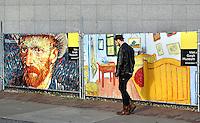 Amsterdam- Verbouwing van het Gogh Museum. Hekken  met afbeeldingen van schilderijen van van Gogh