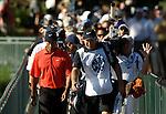 Tiger WOODS (USA) und sein Caddie verfolgt von Medien, 4.Runde, 88th PGA Championship Golf, Medinah Country Club, IL, USA