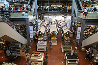 """SÃO PAULO, SP, 24.05.2015 - EATALY-SP - Movimentaçãoda na loja da rede italiana Eataly na Avenida Juscelino Kubitschek região sul de São Paulo neste domingo, 24. O estabelecimento, que tem mais de 25 unidades no mundo, como em Nova York e Tóquio, une supermercado, restaurantes e escola de culinária, todos baseados no conceito de """"slow food"""". (Foto: Marcos Moraes / Brazil Photo Press)"""