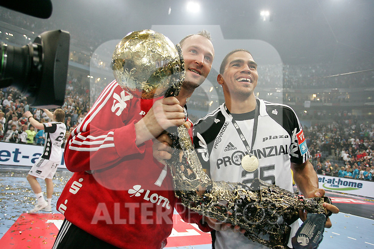 30.05.2010, Lanxess Arena, Koeln, GER, EHF Final Four, Finale ,Barcelona FC ( ESP ) vs THW Kiel ( GER ) im Bild: Thierry OMEYER ( Kiel #1 ) und Daniel NARCISSE ( Kiel #25 ) mit dem EHF Pokal  Foto © nph /  Florian Mueller
