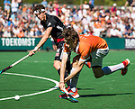 BLOEMENDAAL   - Hockey -  2e wedstrijd halve finale Play Offs heren. Bloemendaal-Amsterdam (2-2) . A'dam wint shoot outs.  Florian Fuchs (Bldaal) met Johannes Mooij (A'dam)  . COPYRIGHT KOEN SUYK