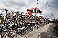 Nederland Amsterdam - 2017 . De Fietspont achter Centraal Station. Er wordt momenteel gebouwd aan een grote fietsenkelder. Zodra deze af is, verdwijnt de Fietspont. Foto Berlinda van Dam / Hollandse Hoogte