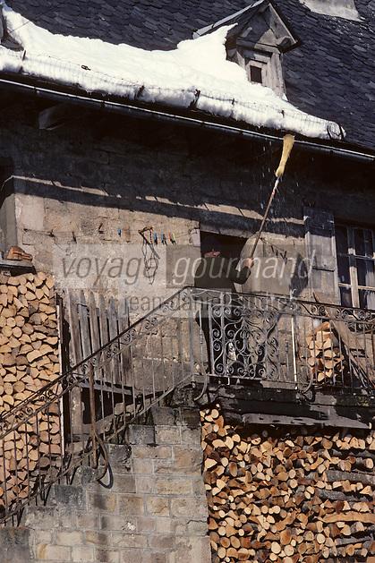 Europe/France/Auvergne/15/Cantal/Parc Naturel Régional des Volcans/Thiézac:Paysan enlevant la neige de  son toit  en lauzes avec un balai<br /> PHOTO D'ARCHIVES // ARCHIVAL IMAGES<br /> FRANCE 1980